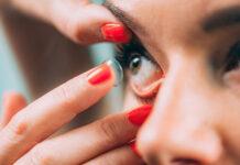 Jak szybko założyć soczewki kontaktowe